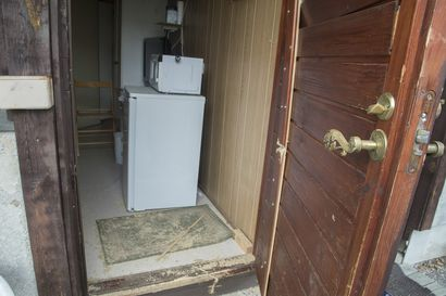 Kuvat: Tässä huoneessa Porvoon epäillyt poliisiampujat majoittuivat – Oven edustalla yhä sahanpurua poliisioperaation jäljiltä