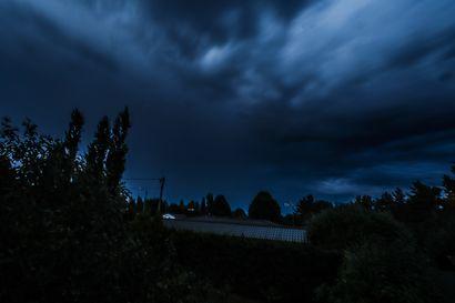 Voimakas ukkosmyrsky iski Kainuuseen torstai-iltana – puita kaatui teille, sähköt poikki sadoilta, pelastustoimi ruuhkautui, katso videot