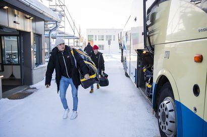 Jussi Jokinen on takapenkin korttiringin isäntä, Aku Räty nukkuu lattialla – näin Kärpät viettää aikaa bussissa