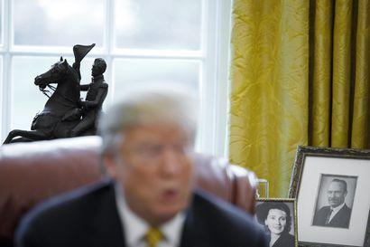 """Oikeus epäsi Trumpin veljentyttären paljastuskirjan – psykologi Mary Trump lupaa kertoa sukunsa """"painajaismaisista traumoista ja tuhoavista ihmissuhteista"""""""