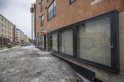 Oulun Rautatienkadulle rakennettavan talon ikkunoiden takana oleva harmaa betoniseinä ihmetyttää – Rakennuttajayhtiö ja arkkitehti kertovat, mistä on kyse