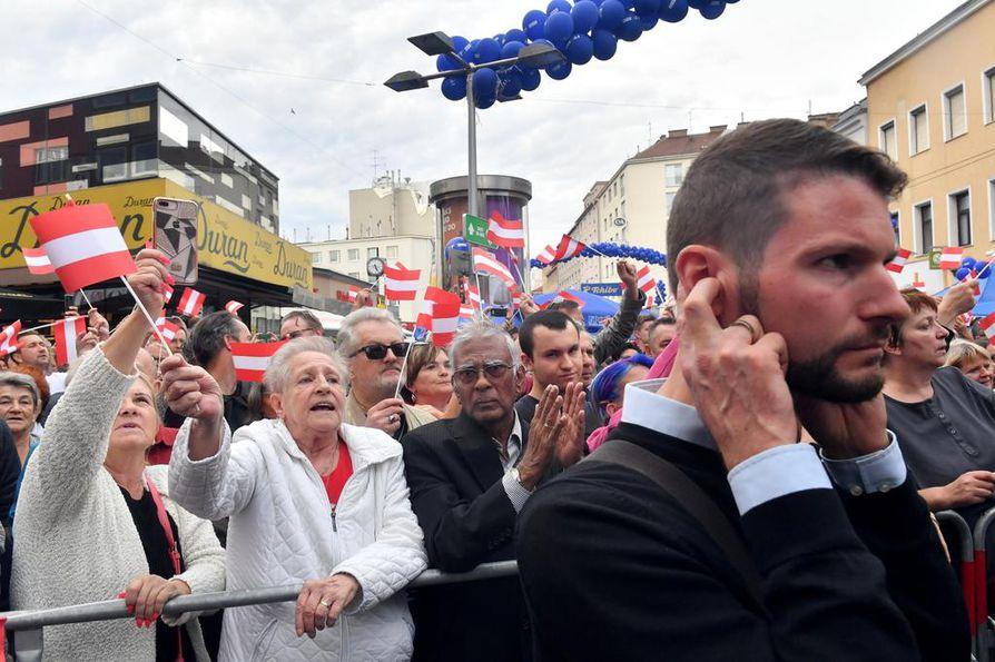 Symbolinen kuva: Toimittaja joutui sulkemaan korvansa Itävallassa vaalikampanjan aikaan, kun oikeistolaisen Vapauspuolueen johtajan Norbert Hoferin kannattajista lähti hirmuinen meteli.