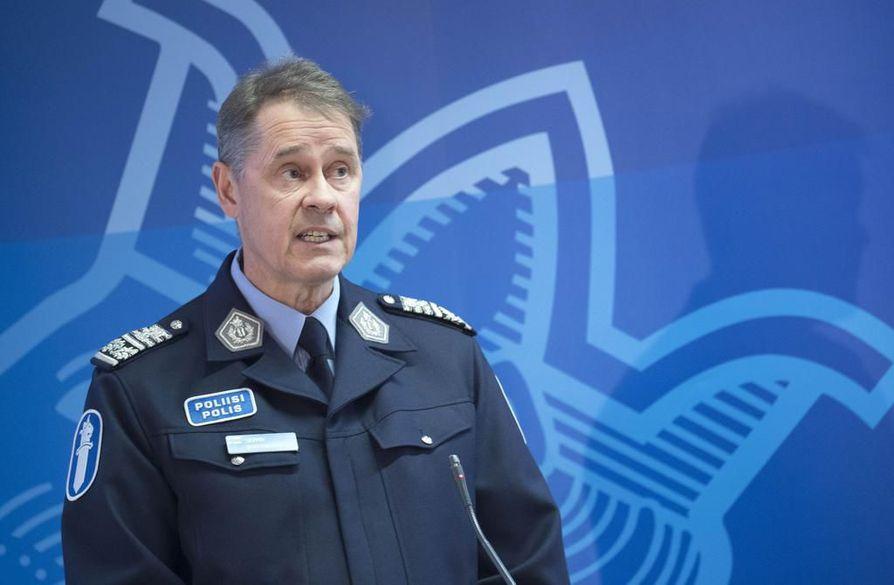 Poliisiylijohtaja Seppo Kolehmainen sanoi, että viime vuonna poliisin tehtäväilmoituksissa mainittiin sanat pistooli, haulikko, kivääri tai rynnäkkökivääri lähes 7 000 kertaa. Arkistokuva.