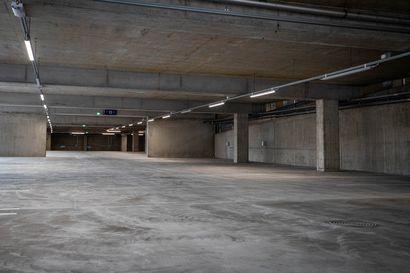 Lapin keskussairaalan parkkialueen tilanne helpottuu – Henkilökunnan autot pysäköidään vastaisuudessa uuteen pysäköintitaloon