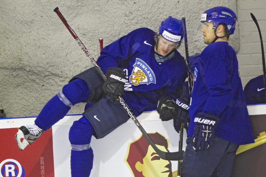 Topi Jaakola (oik.) on uransa aikana pelannut muun muassa Kärpissä ja Jokereissa ja edustanut Suomea maaotteluissa. Arkistokuvassa Jaakola ja Lasse Kukkonen.