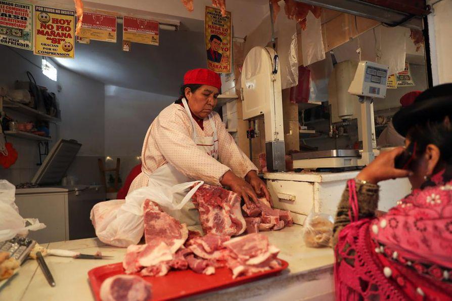Lihakauppias myy lihaa La Pazin Mercado Rodriguezissa Boliviassa viime marraskuussa. Tutkijoiden mukaan maailman lihan kulutuksen pitäisi lähteä laskuun 10 vuodessa.