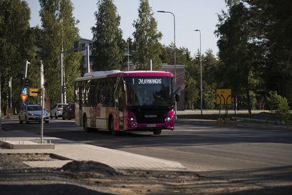 Ajetaanko Oulussa liian pienillä linja-autoilla? Matkustajamäärien odotetaan kasvavan mutta on epäselvää, vastaako uusi kalusto kilpailutuksessa vaadittua