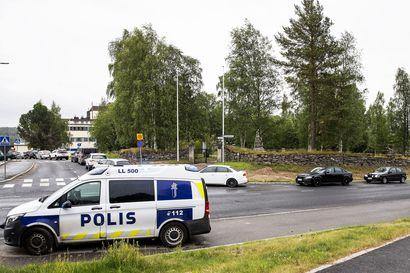 Drive-in -testauksessa pitkä jono, poliisi valvoi liikennettä –Rovaniemellä viikonlopun korona-altistumiset saivat ihmiset hakeutumaan toiseen testikertaan