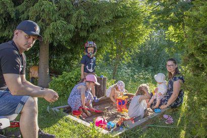 Tänään alkavat suviseurat ja toistamiseen etänä – Oulunsalolainen Päivärinnan perhe kokoontuu vanhalle koululle yhdessä sukulaisten kanssa