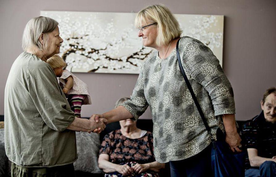 Sosiaali- ja terveysministeri Pirkko Mattila (sin) kätteli ja kuunteli muun muassa Onnenrinteen palvelukodissa asuvaa Ainoa.