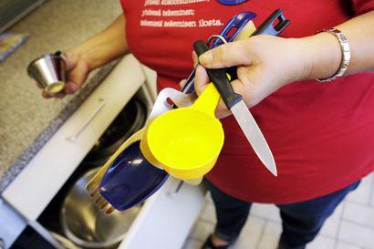 Martat lahjoittavat keittiövälineitä opiskelijakeittiöihin
