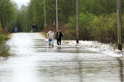Tulva nousi Ivalojoessa äkkiä –Ennusteiden mukaan toinen huippu on nyt käsillä ja vesi nousee vähän