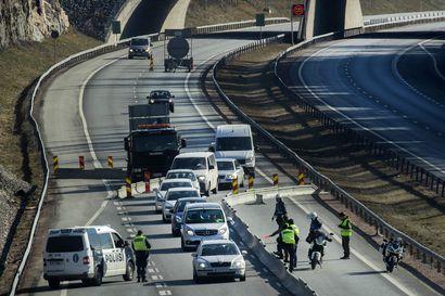 """Poliisi alkaa etälukea Uudenmaan rajalle pyrkivien autojen rekisterikilvet – """"Sen jälkeen liikenne enää pikkuisen hidastelee"""""""