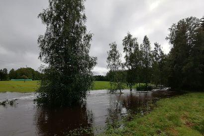 Rankkasateet nostattivat Pattijoen vedenpinnan historiallisen korkealle – pelastuslaitos auttoi suojaamaan kahta jokivarressa sijaitsevaa taloa tulvatuhoilta