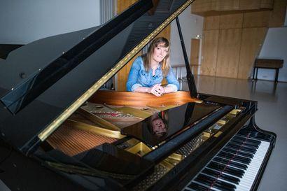 """Musiikinopettajan työ toi Essi Hirvelän Kuusamoon –Musiikista ja luonnosta ammentava Hirvelä kaihtaa kysymystä suosikkiartisteista: """"En ole vielä 33-vuotiaanakaan oppinut vastaamaan tähän"""""""