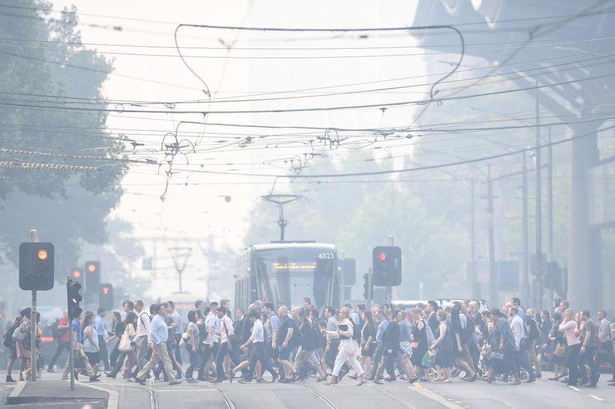 """Melbournen ilmaa kuvailtiin tiistaina """"maailman huonoimmaksi"""". Läheiset pensaspalot tuovat savua Australian toiseksi suurimpaan kaupunkiin."""