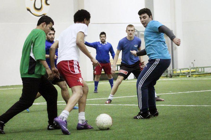Maahanmuuttajanuorille perustettu jalkapallojoukkueen Uleåborg A.I.K.:n tarkoitus on kotouttaa nuoria oululaiseen elämään. Seuran toimintaa tukevat muun muassa Oulun  kaupungin I love sport -hanke, ODL sekä Oulun seurakuntayhtymä.