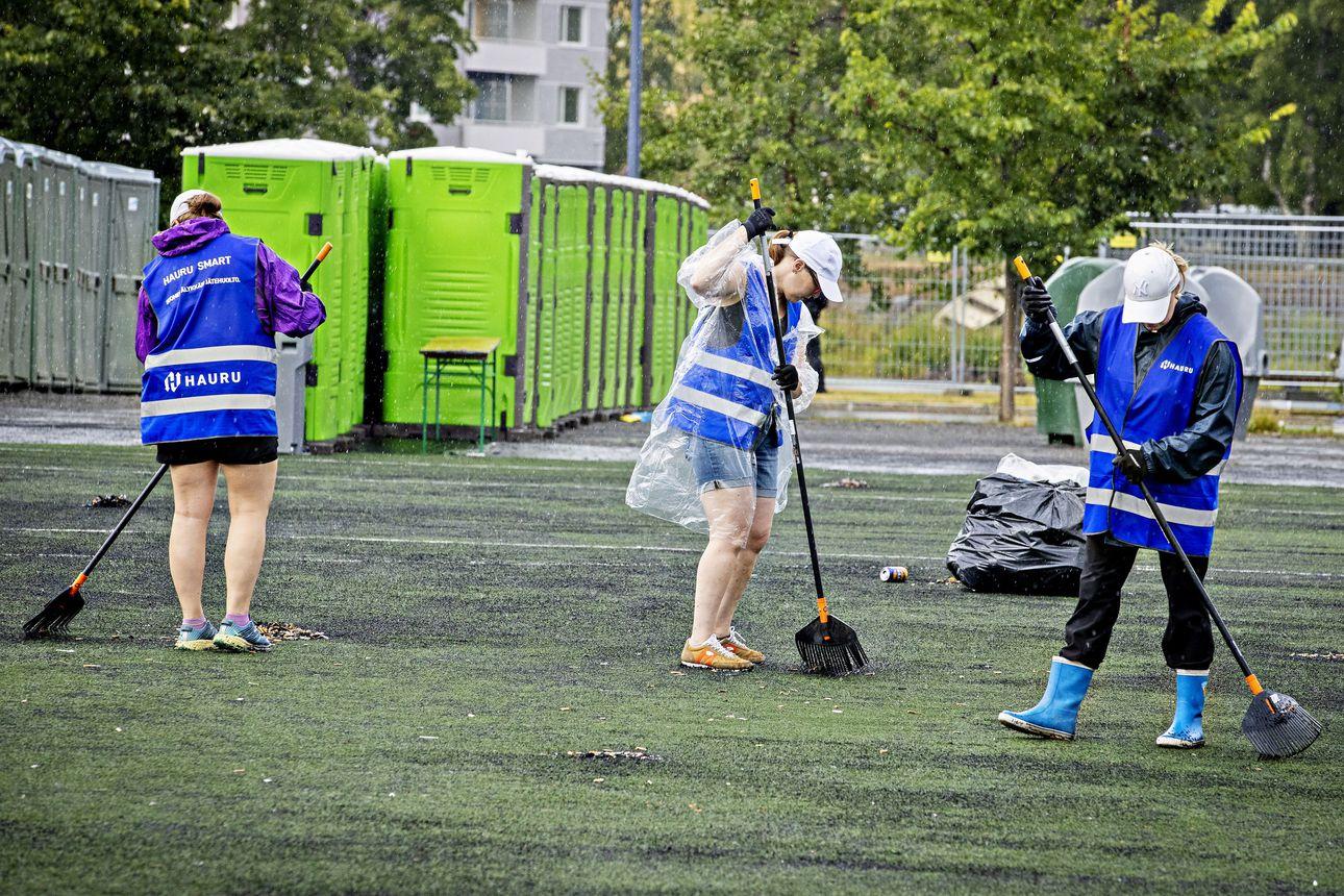 Qstock on ohi, mutta siivoustyöt ovat vasta aluillaan – tupakantumpit ja muovimukien palaset peittävät Raatin stadionin tekoviheriön