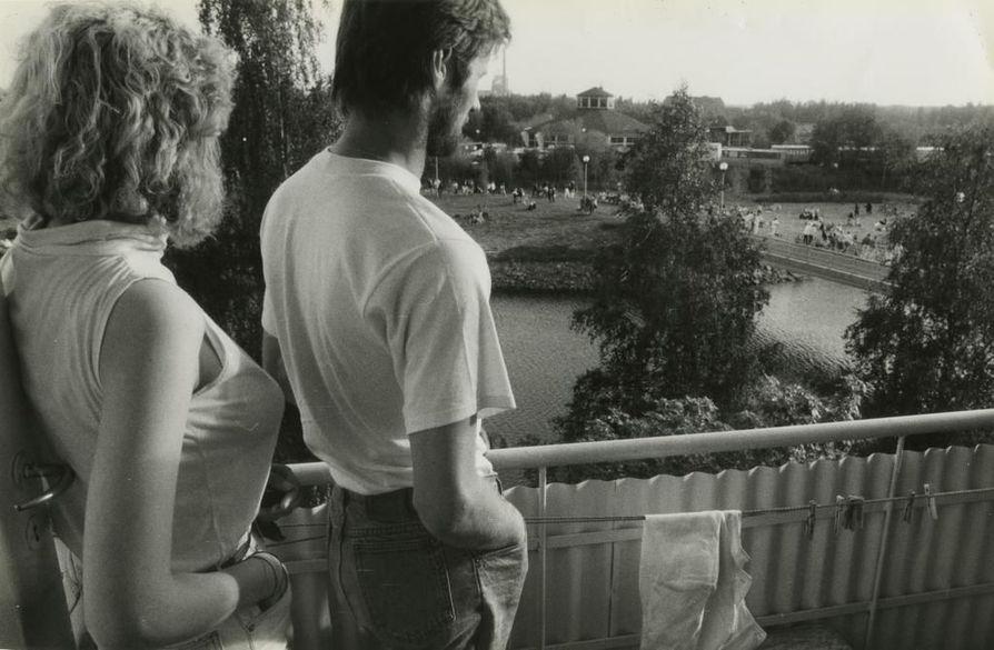 Parhaat paikat Kuusrockiin 30 vuotta sitten kesällä 1987 löytyivät asuntojen parvekkeilta. Pyöreä tanssipaviljonki näkyy saaressa keskellä.