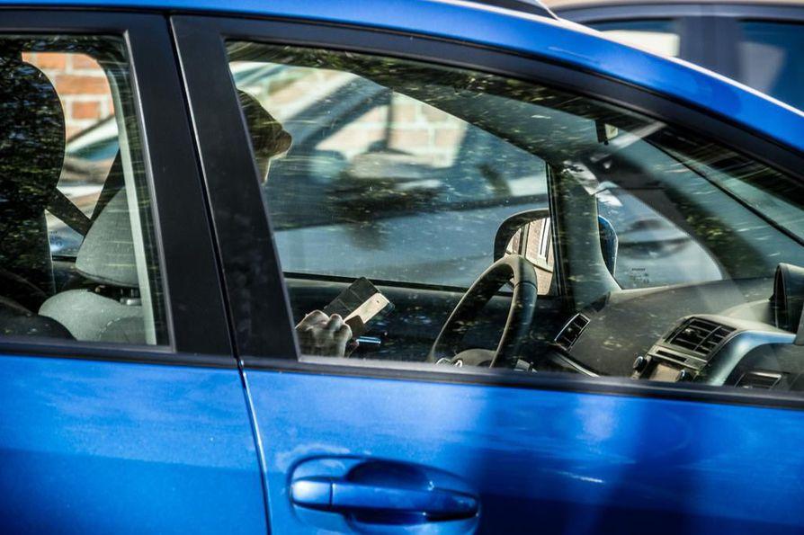 Poliisi antoi viime vuonna yli 8000 sakkoa kuljettajille, jotka käyttivät ajon aikana matkapuhelinta ilman hands free -laitteita. Tämän vuoden toukokuun loppuun mennessä sakotuksia kännykän käytöstä ajon aikana on tullut noin 3300 kappaletta.
