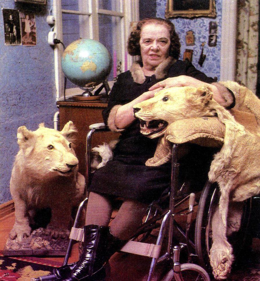 Kun Maria Åkerblom halusi myöhemmällä iällään tehdä vaikutuksen toimittajiin, hän asettautui lehtivalokuviin esimerkiksi leijonantaljojen kanssa. Kuvitusta Gustav Björkstrandin kirjasta.