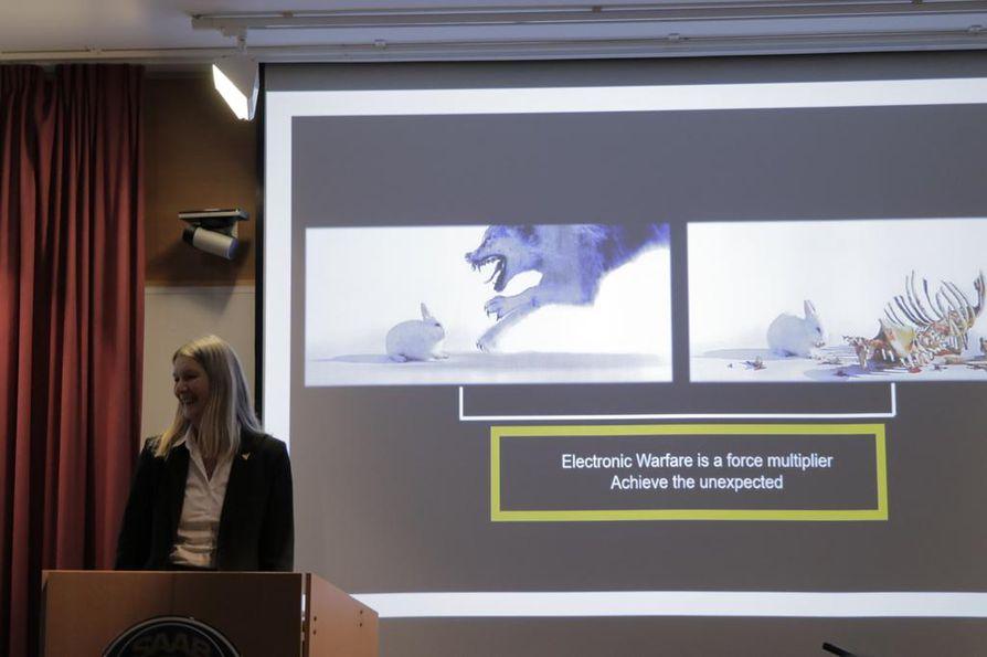 Saabin myyntijohtaja Inga Bergström esitteli vertauskuvallisesti Gripen E -hävittäjän keinoja harhauttaa vastustaja elektronisella sodankäynnillä helmikuussa 2019 Linköpingissä.