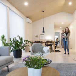 Oululaisen Hillin perheen vuoden vanhassa kodissa mielenkiintoisen lisän tuovat sisustuksessa käytetty vaneri sekä ikkunoina toimivat lasielementit