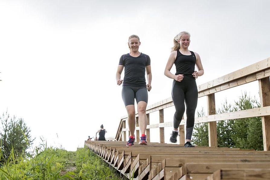 Liikuntamaan kuntoportaita kehutaan kevyiksi juosta. Torstai-iltana Saana (vas.) ja Julia Syri treenasivat portaissa tehokkaasti puolen tunnin ajan.