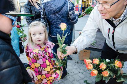 500 ruusun juhla – torilla jaetaan kukkia äideille