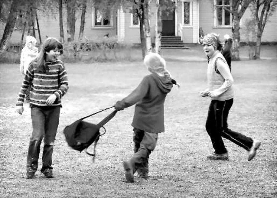 Neljäsluokkalaiset Anniina Luttinen (vas.), Laura Lukin ja Marianne Uusitalo viihtyvät välitunnilla. Tyrnäväläistytöt kertovat, että joskus pojat nimittelevät tyttöjä mutta tytöt osaavat tarvittaessa vastata samalla mitalla.