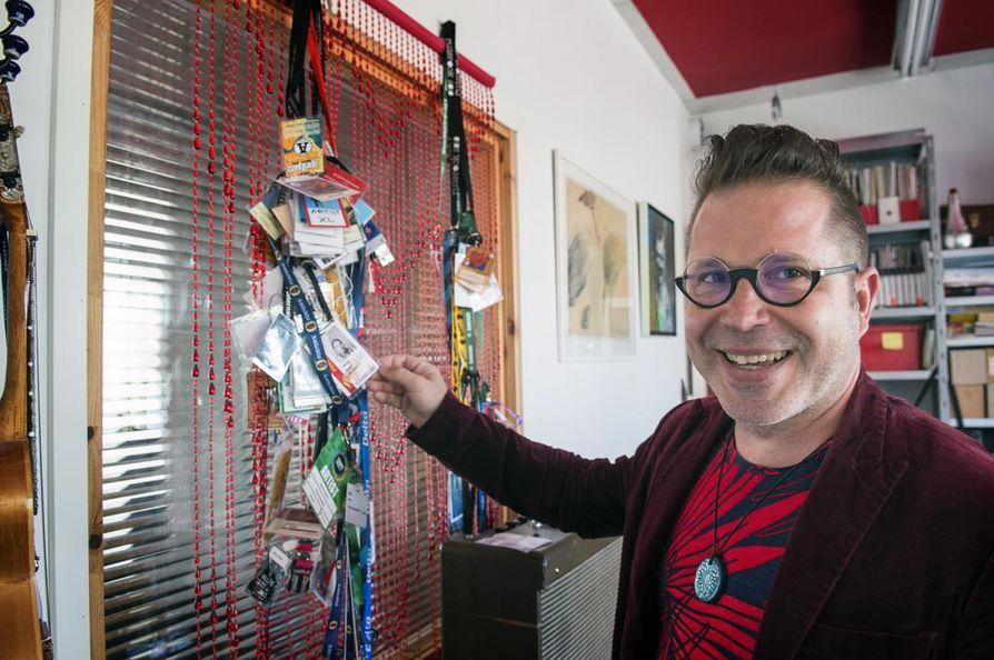 Artistipasseja on kertynyt. Valokuvista näkee, miten artisti Jarmo Saaren habitus on muuttunut.