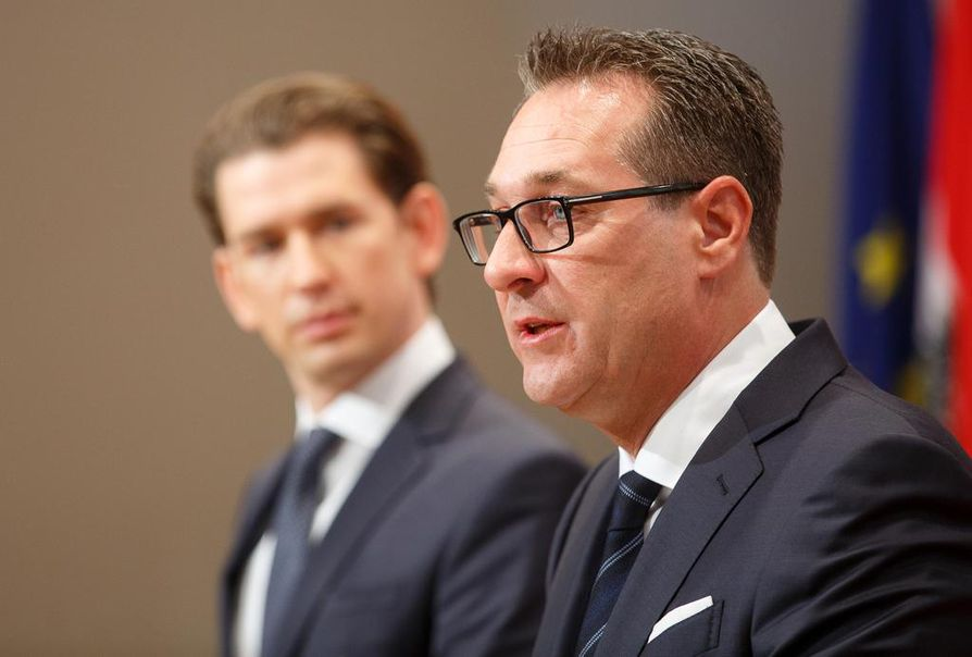 Itävallan liittokansleri Sebastian Kurz (vas.) pyytää uusia vaaleja. Varaliittokansleri Heinz-Christian Strache irtisanoutui aiemmin lauantaina korruptiotapauksen vuoksi.