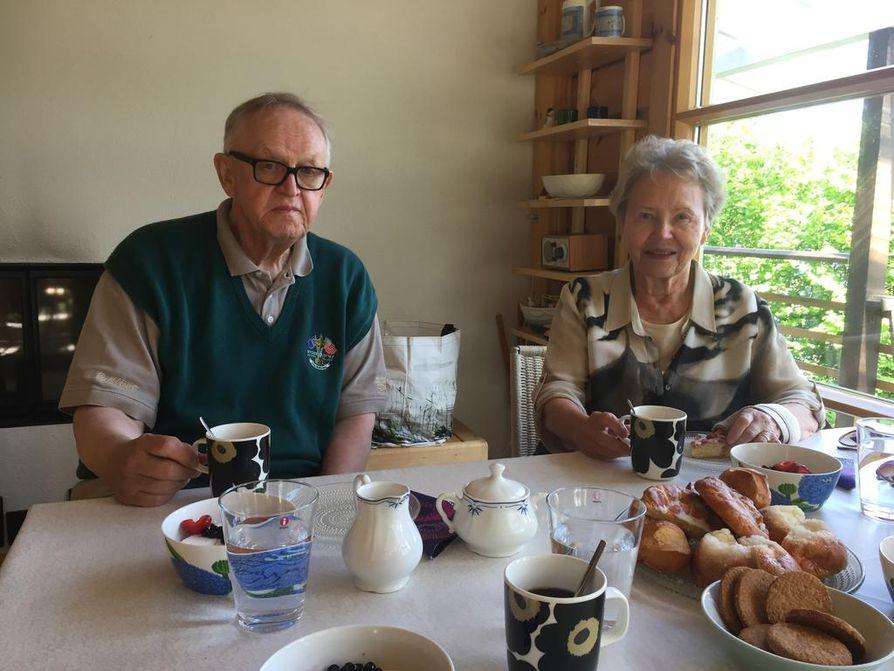 Martti ja Eeva Ahtisaari näyttävät dokumentissa palan siviiliminiään.