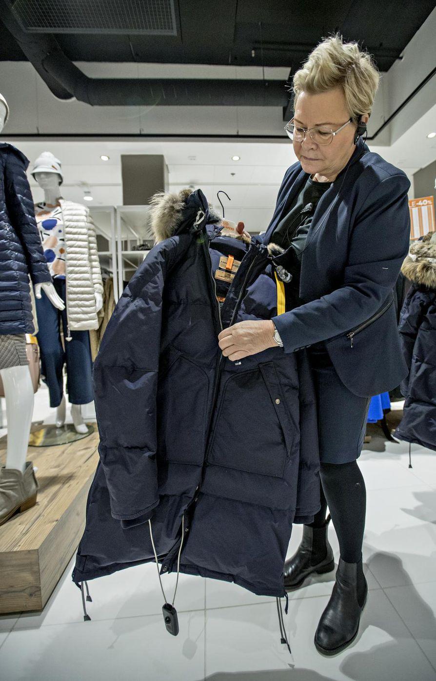 Sokoksen Liisa Lumme kertoo, että edullisempien ja kalliimpien talvitakkien vetoketjujen laadussa ei juuri ole eroa, sillä vetoketjujen valmistajat ovat usein samoja.