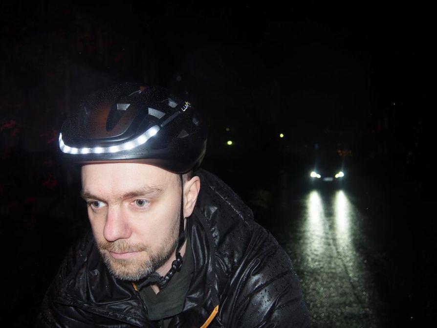 Lumos-kypärän lipan ledivalot eivät juuri hyödytä eteen näkemisessä, mutta pyöräilijän omaa havaittavuutta ne tehostavat. Kääntymissuuntaan ledit vilkkuvat edessäkin oransseina.