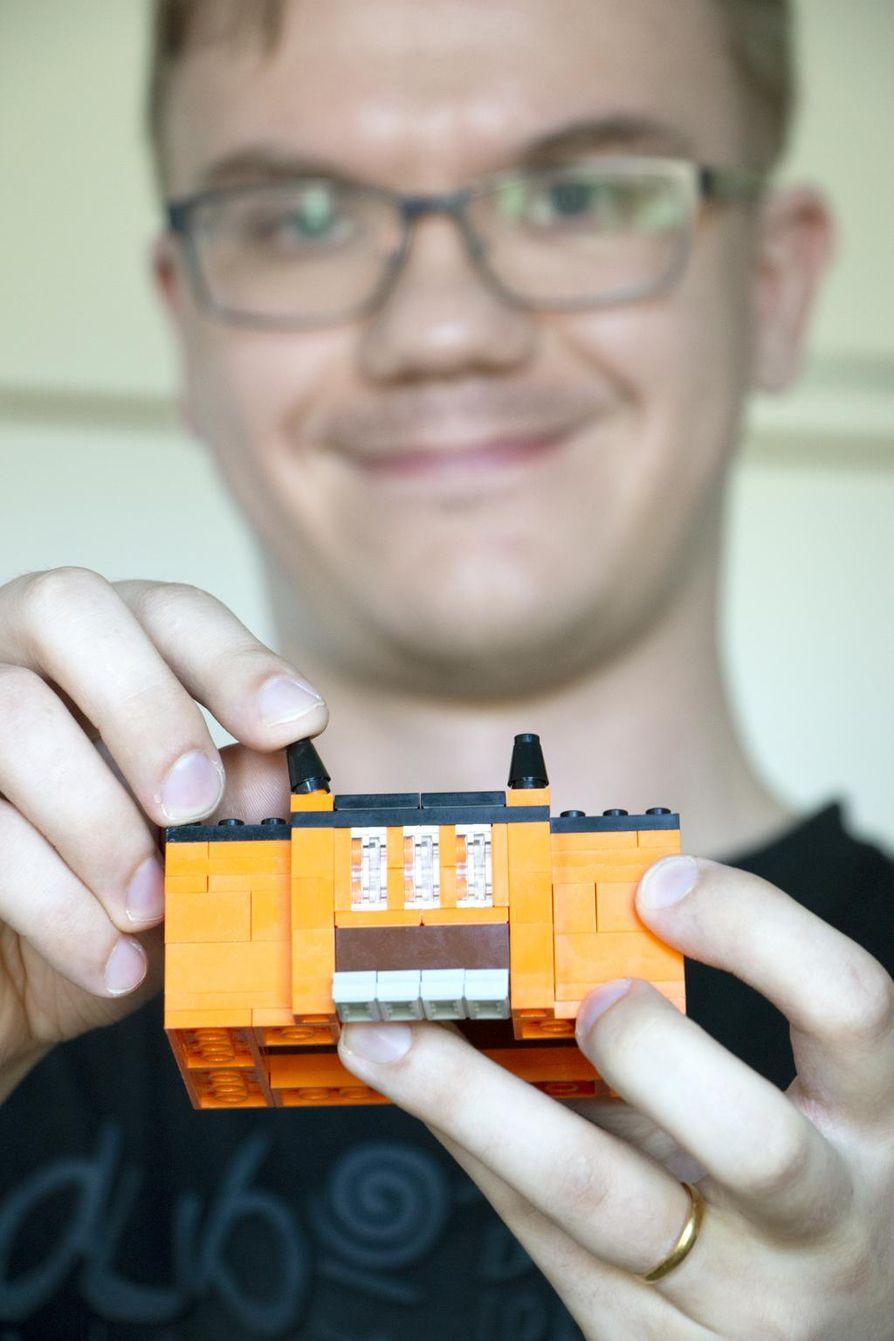 2x4-nuppinen palikka on Legon perusosa. Tuomas Kukkamaan hyppysissä palikoista syntyy taidokkaita teoksia.