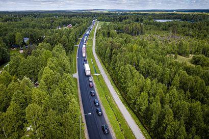 Nelostien ajokaista Muurolasta Kemiin päin taas liikenteen käytössä – Raskaan ajoneuvon nostotöistä vaikutus molempiin suuntiin