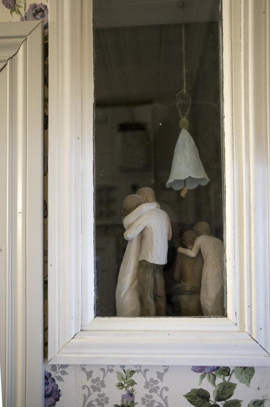 Eteiseisen ja wc:n välisen ikkunan välissä on hellyttäviä figuureja. Sinikello on askarreltu paperista.