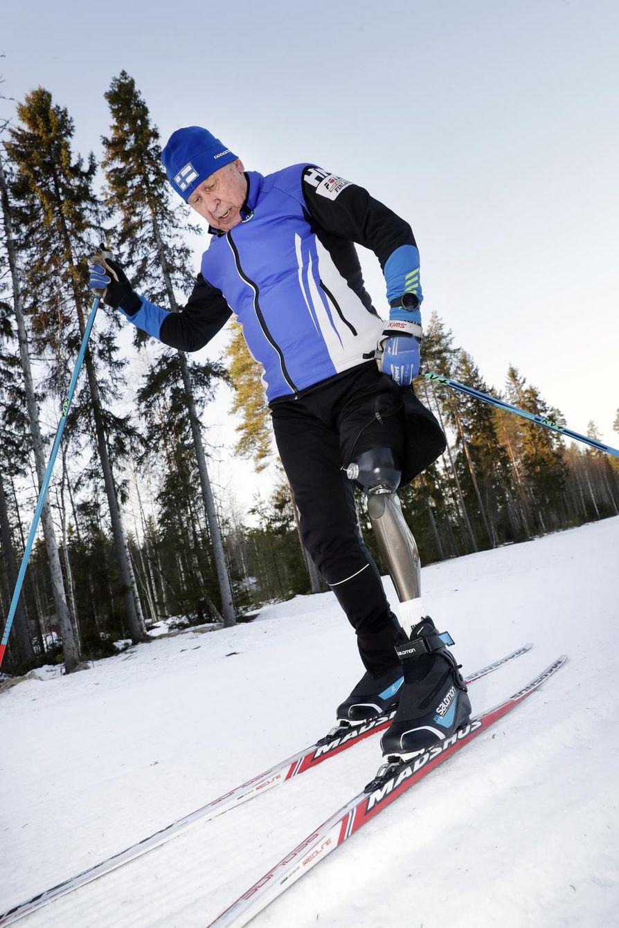 Pertti Sankilammen jalka on amputoitu lonkasta alaspäin. Ensimmäisien proteesien kanssa hän joutui olemaan luova, jotta hiihto onnistui.
