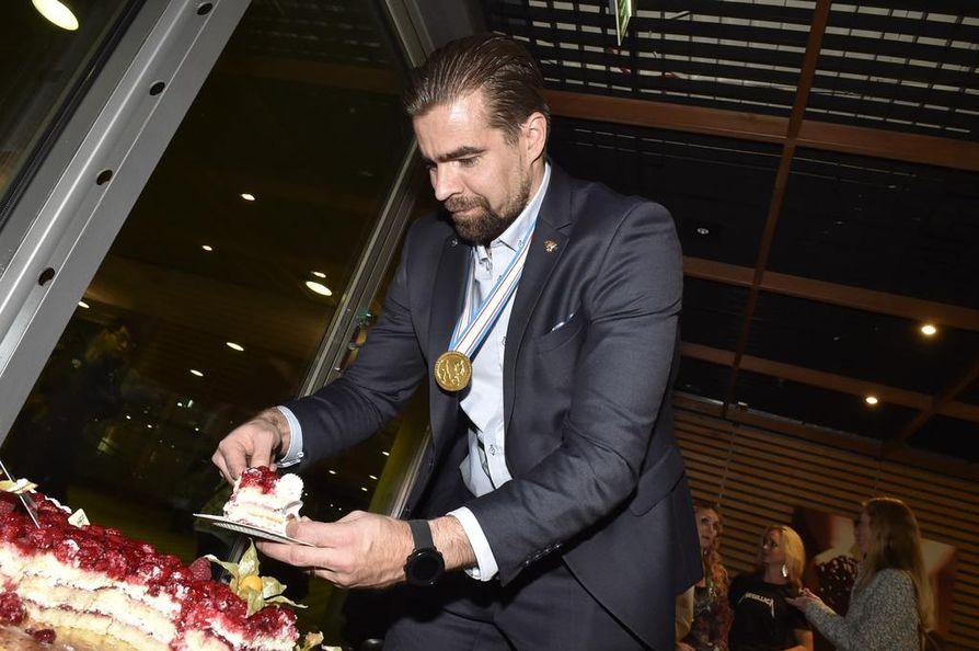 Pitkän lentomatkan jälkeen kakkukahvit maistuivat päävalmentaja Jussi Ahokkaalle – tosin täytekakku oli keskeltä sen verran jäässä, että kertakäyttölusikalla sen syöminen oli hankalaa.