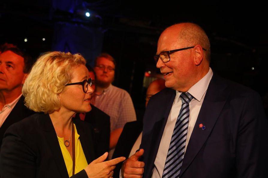 Paikkansa uusinut Miapetra Kumpula-Natri onnitteli äänikuningas Eero Heinäluomaa.