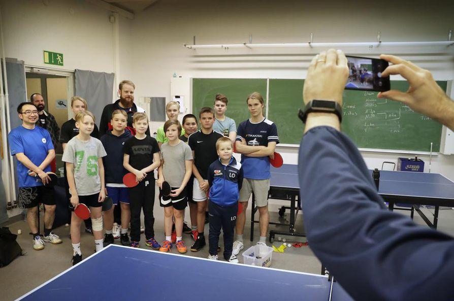 Otto Tennilä (takana keskellä) vieraili Oulussa OPT-86:n harjoituksissa. Yhteinen pelihetki päättyi yhteiskuvaan.