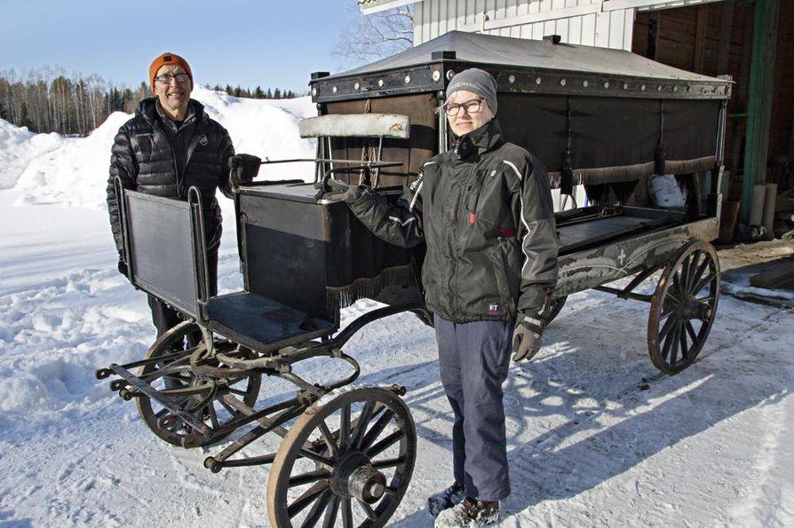 Juhani Kumpusalo ja Maritta Vuorela pitävät tärkeänä, että kylän historiasta kertovat vaunut saatetaan kuntoon - ja kenties jatkamaan tehtävässään.