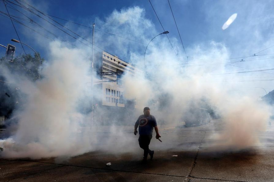 Metrolippujen hinnankorotukset saivat aikaan voimakkaita mielenosoituksia Chilessä. Taustalla on pitkäaikaista tyytymättömyyttä, joka johtuu sosiaalisesta epätasa-arvosta.