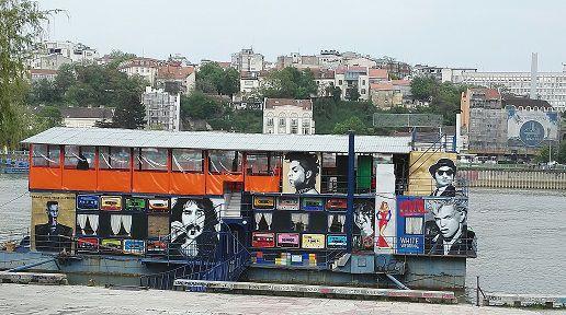 Savajoen rannalla on useita eri musiikkityylin lauttoja.
