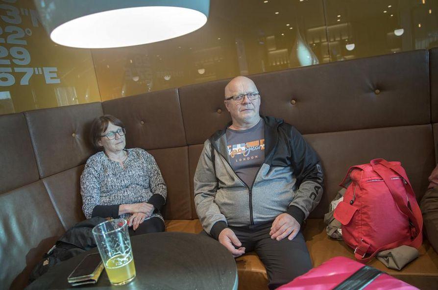 Raija Alakangas ja Kari Martikainen olivat lähteneet jo aamuviideltä Oulusta Helsinki-Vantaalle. Madeiran lennot sijaan he päätyivät lentokentän kahvioon, kun Thomas Cookin konkurssi pysäytti Tjäreborgin matkojen lennot.