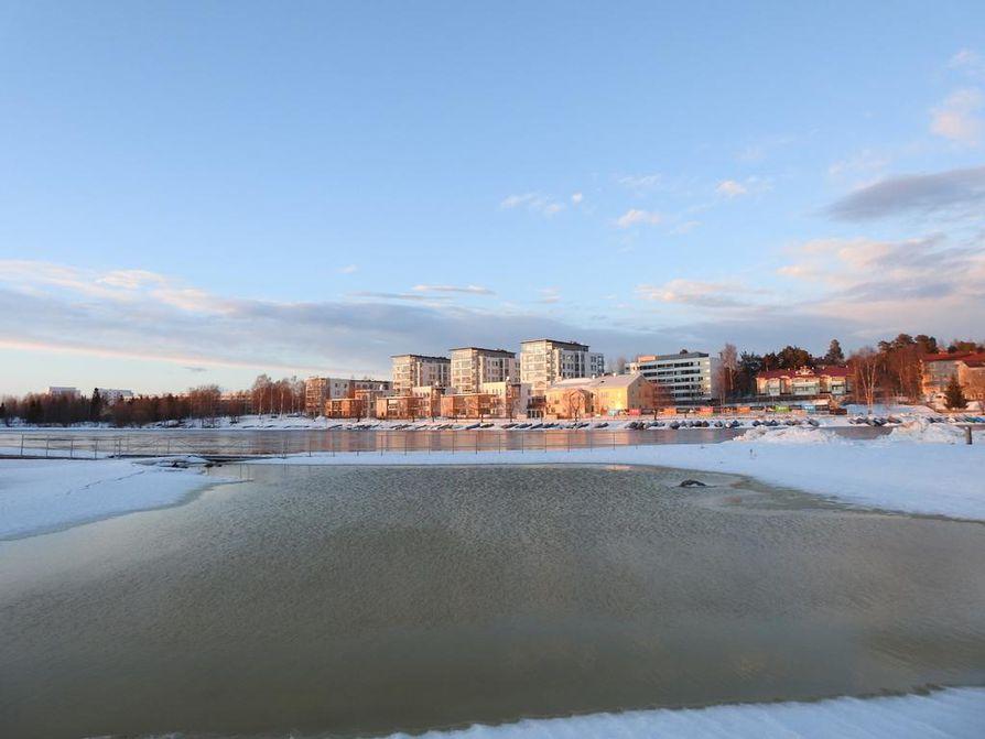 Aurinko näyttäytyy Oulussa lähipäivinä, vaikka pakkastakin riittää.