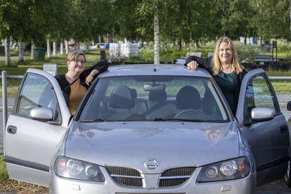 Samanlaista perhearkea pyörittävät ystävät ostivat yhteisen auton – kimppa-auton kulut jaetaan tasan ja ratkaisu on ollut lapsillekin mieleen