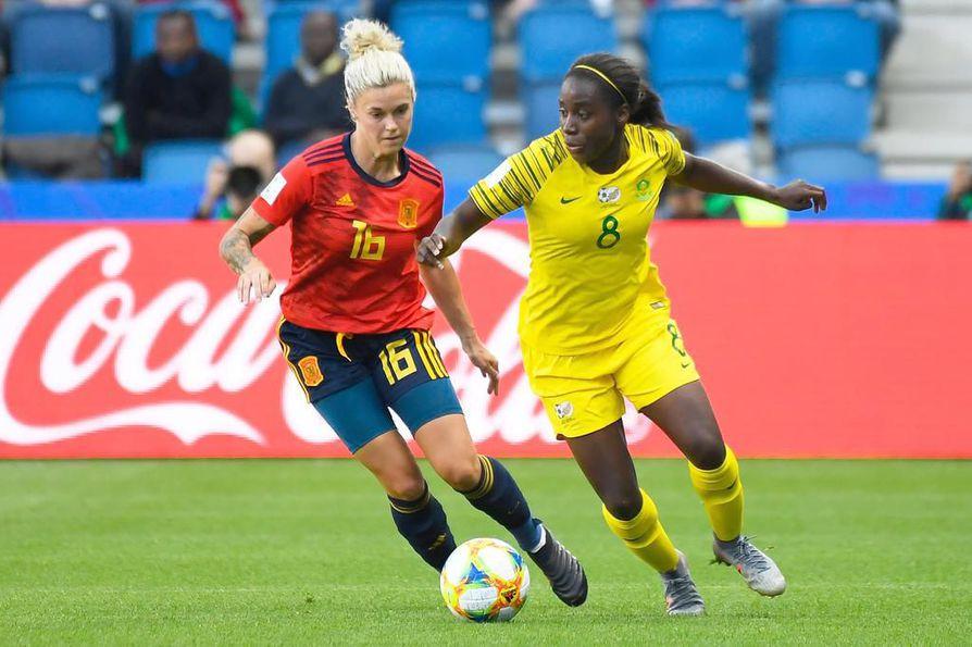 Etelä-Afrikka pelasi historiansa ensimmäisen ottelun naisten MM-kisoissa Espanjaa vastaan. ONS:n riveistä tuttu hyökkääjä Ode Fulutudilu (oik.) kamppaili ottelussa Maria Pilar Leonia vastaan.