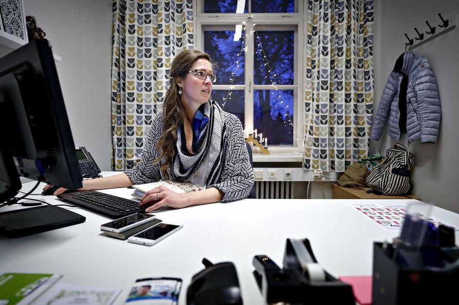 Kaikki turvapaikanhakijat eivät halua asua suurissa yhteisöissä pääkaupunkiseudulla, vaan osa heistä hakeutuu varta vasten maakuntakeskuksiin, kertoo pakolaiskoordinaattorina Seinäjoen kaupungilla työskentelevä Raakel Pöyry.